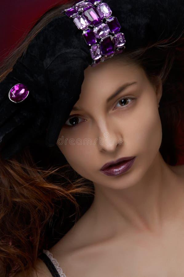 Mulher bonita nova com jóia fotos de stock