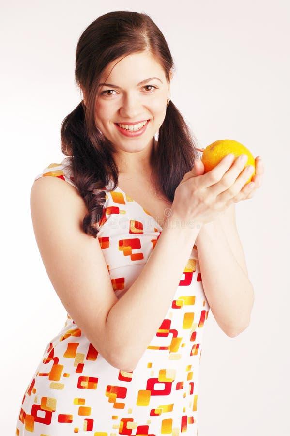 Mulher bonita nova com laranja imagens de stock royalty free