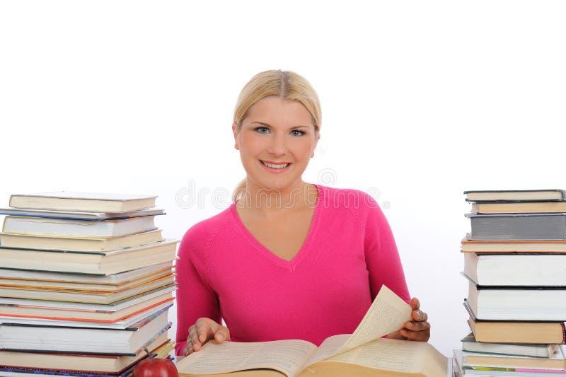 Mulher bonita nova com leitura e estudo dos livros fotografia de stock royalty free