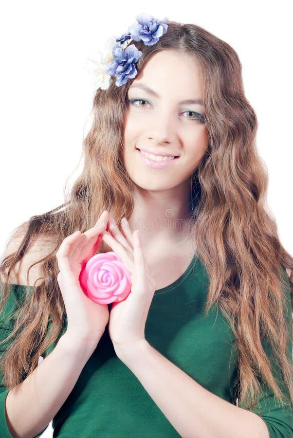 A mulher bonita nova com levantou-se imagens de stock royalty free