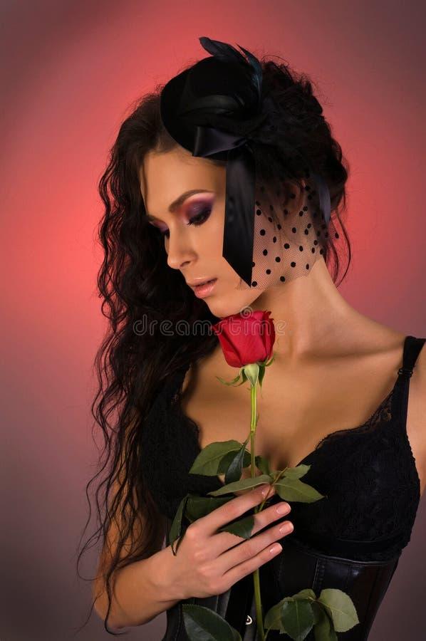 A mulher bonita nova com levantou-se nela foto de stock royalty free
