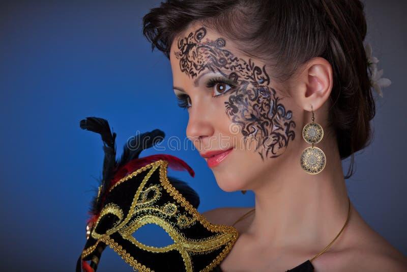 Mulher bonita nova com máscara. fotos de stock