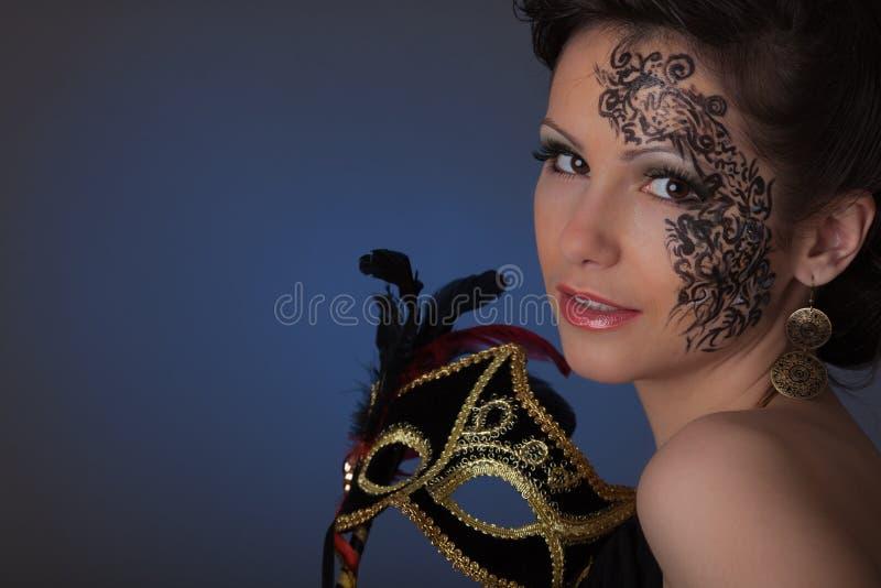 Mulher bonita nova com máscara. imagens de stock royalty free
