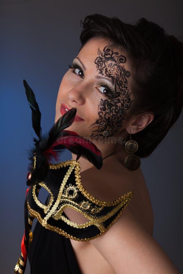 Mulher bonita nova com máscara. imagem de stock royalty free
