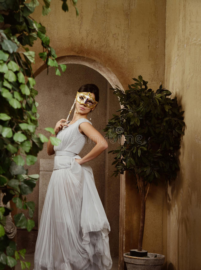 Mulher bonita nova com máscara de Veneza fotografia de stock royalty free