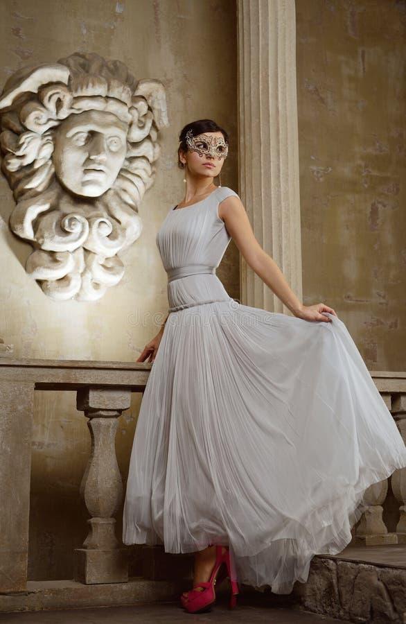Mulher bonita nova com máscara de Veneza imagens de stock royalty free