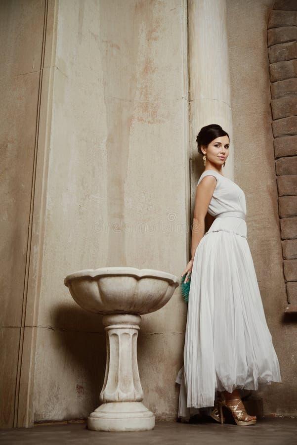 Mulher bonita nova com máscara de Veneza foto de stock