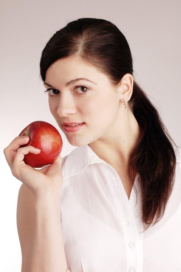 Mulher bonita nova com maçã vermelha imagens de stock royalty free