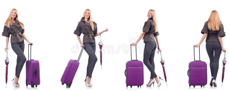 A mulher bonita nova com a mala de viagem e o guarda-chuva isolados no branco imagens de stock