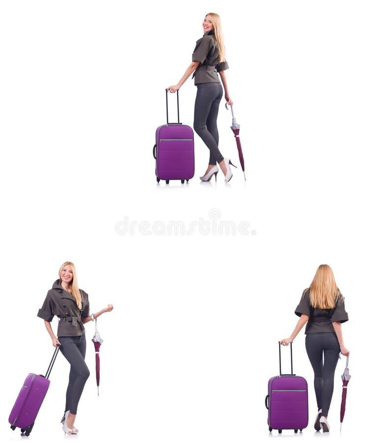 A mulher bonita nova com a mala de viagem e o guarda-chuva isolados no branco fotos de stock