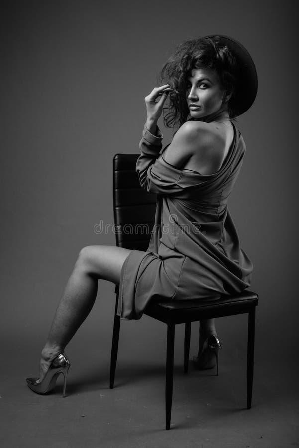 Mulher bonita nova com o cabelo encaracolado que levanta em preto e branco foto de stock royalty free