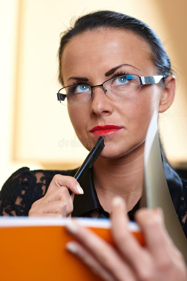 Mulher bonita nova com o livro alaranjado nas mãos foto de stock royalty free