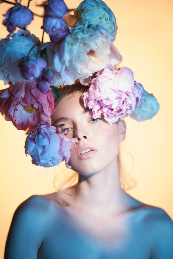 Mulher bonita nova com o ramalhete das rosas Composição profissional da arte imagem de stock royalty free