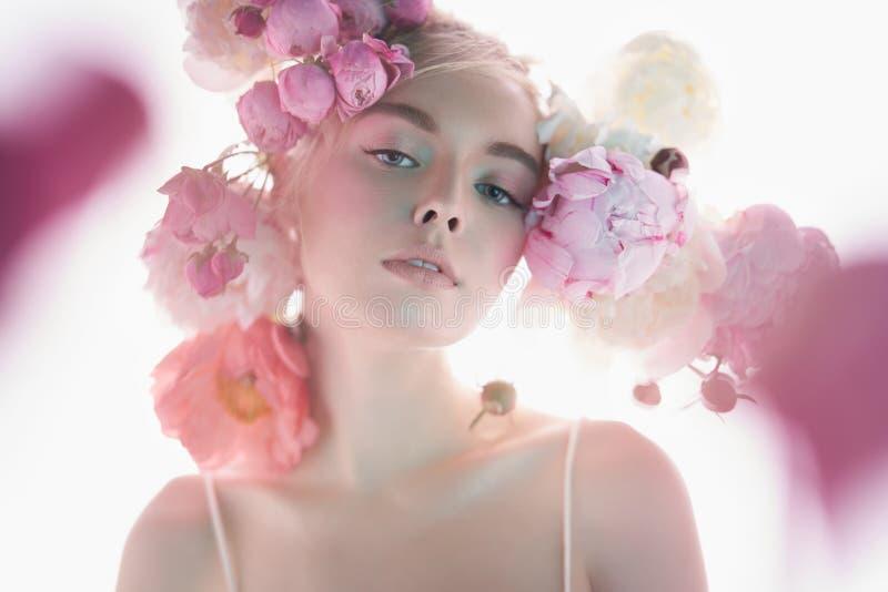 Mulher bonita nova com o ramalhete das rosas Composição profissional da arte fotos de stock royalty free