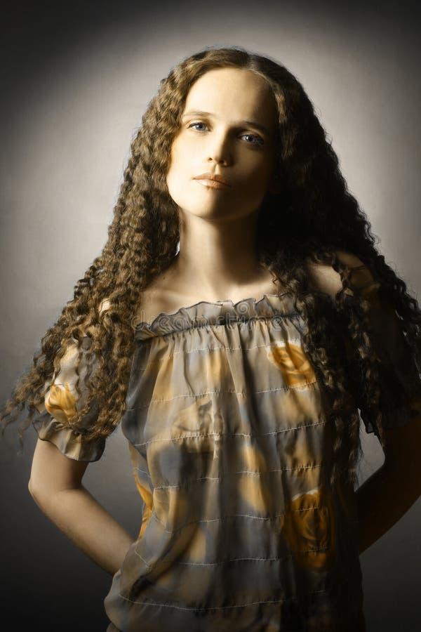 Download Retrato Bonito Novo Da Mulher Imagem de Stock - Imagem de hairstyle, consideravelmente: 29849195