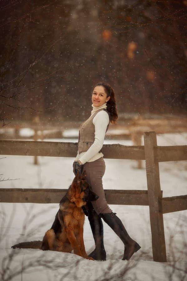 Mulher bonita nova com o retrato exterior do cão-pastor alemão fotos de stock royalty free
