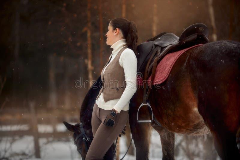 Mulher bonita nova com o retrato exterior do cavalo no dia de mola fotos de stock