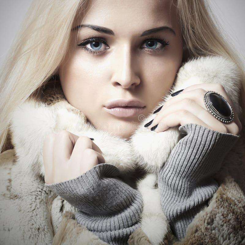 Mulher bonita nova com pele Estilo do inverno Beleza Girl modelo louro em Mink Fur Coat fotos de stock