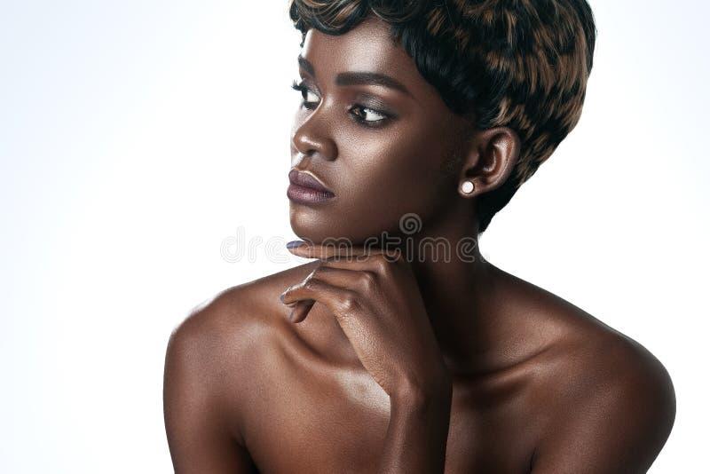 A mulher bonita nova com pele perfeita limpa compõe imagens de stock royalty free
