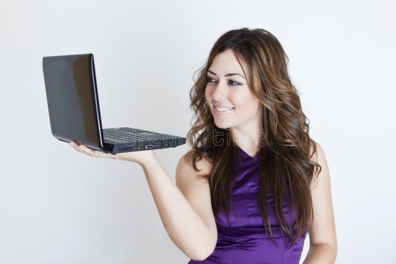 Mulher bonita nova com portátil imagem de stock