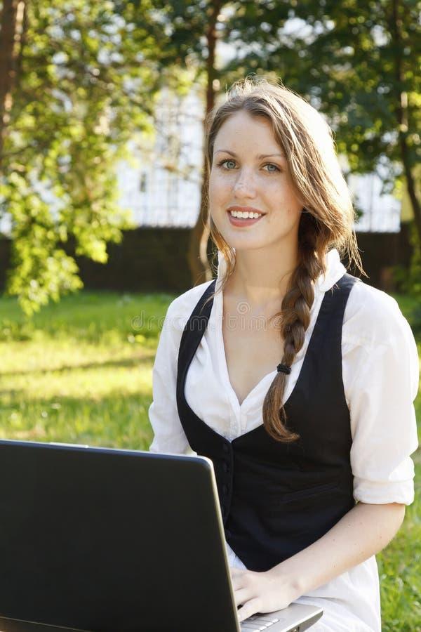 Mulher bonita nova com portátil imagem de stock royalty free