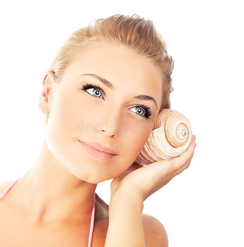 Mulher bonita nova com seashell imagens de stock