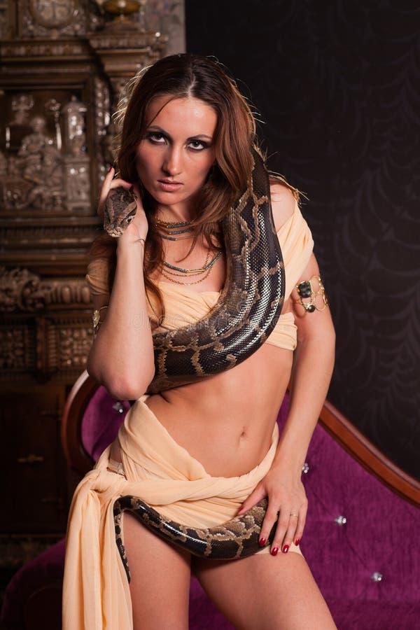 Mulher bonita nova com serpente fotografia de stock