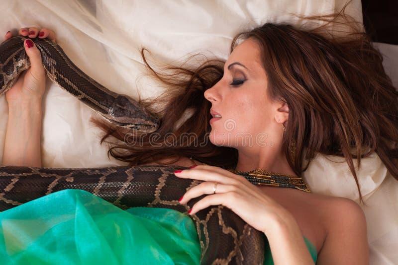 Mulher bonita nova com serpente. imagens de stock