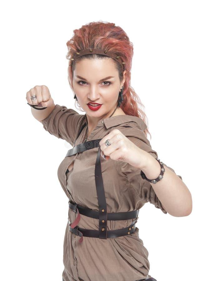 Mulher bonita nova com seus punhos prontos para lutar isolado fotos de stock