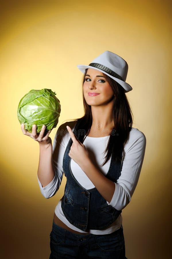 Mulher bonita nova com sorriso do repolho verde fotos de stock royalty free