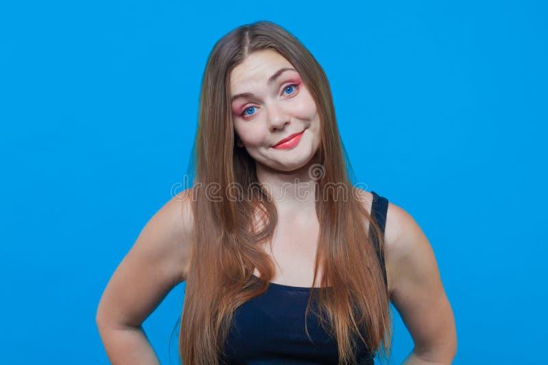 Mulher bonita nova com sorriso surpreendido, olhos azuis Face engraçada imagem de stock royalty free