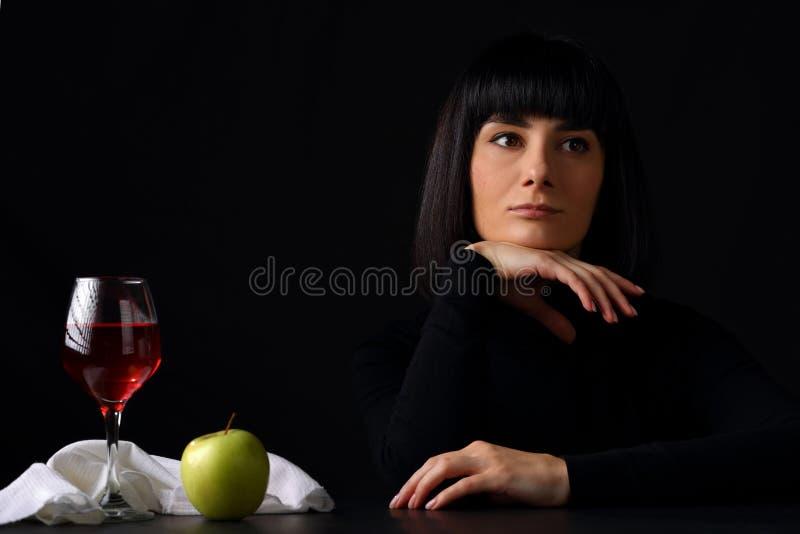 Mulher bonita nova com um vidro do vinho imagens de stock