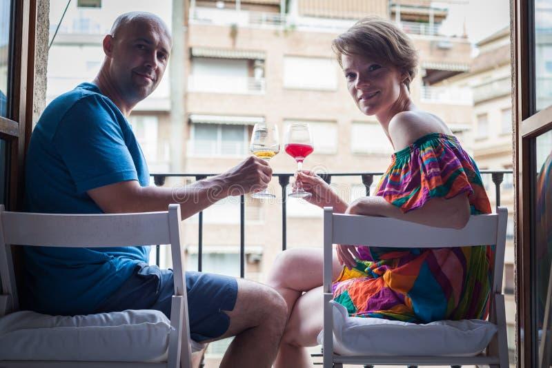 Mulher bonita nova com um vidro do vinho tinto à disposição, no t imagens de stock royalty free
