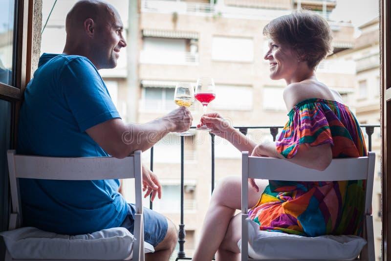 Mulher bonita nova com um vidro do vinho tinto à disposição, no t imagem de stock