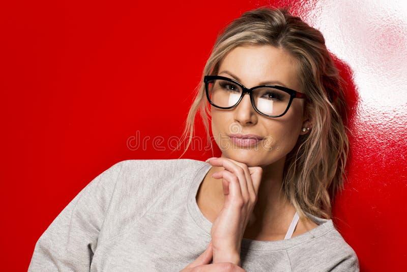 Jovem mulher nos vidros. fotografia de stock royalty free