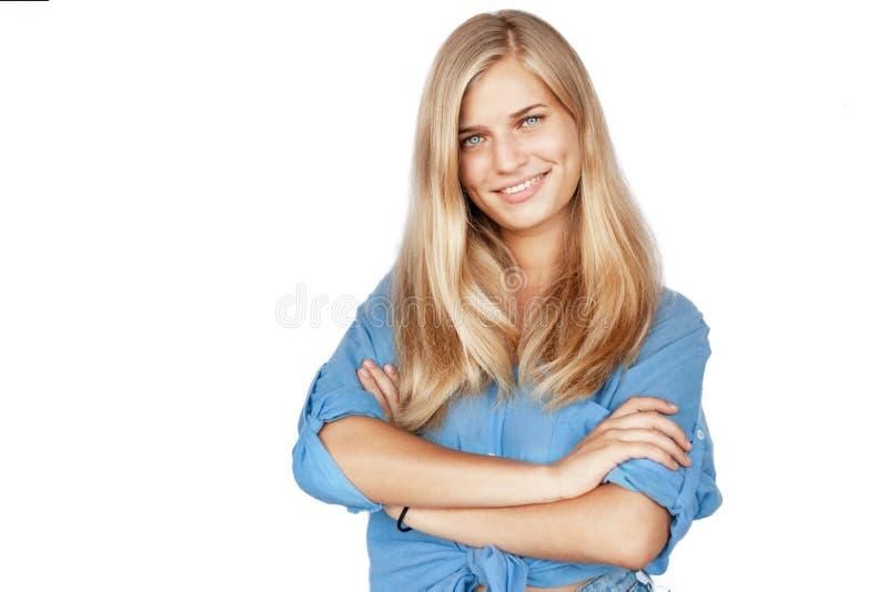 Mulher bonita nova da menina loura com cabelo e olhos azuis longos em uma camisa azul isolada no branco fotografia de stock royalty free