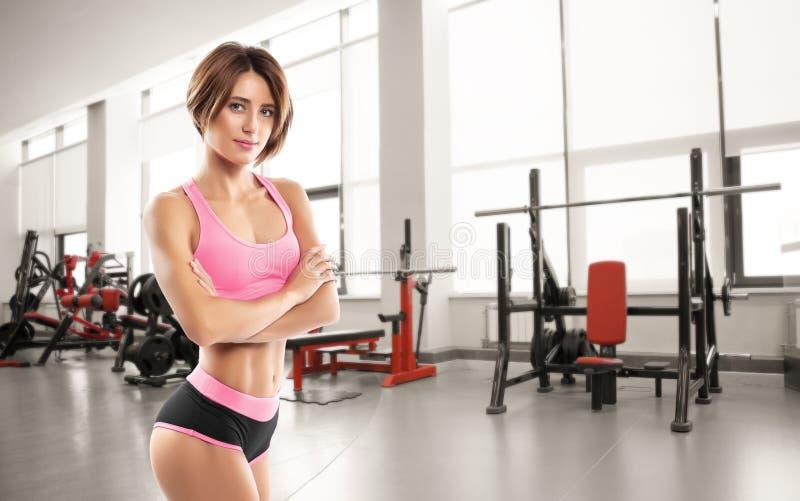 Mulher bonita nova do atleta no gym imagens de stock royalty free