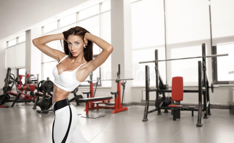 Mulher bonita nova do atleta no gym foto de stock royalty free
