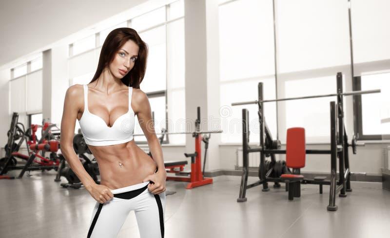 Mulher bonita nova do atleta no gym imagens de stock