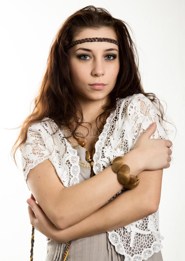 A mulher bonita nova do boho da hippie com o cabelo de vibração que tem o divertimento levanta em um fundo branco imagens de stock royalty free