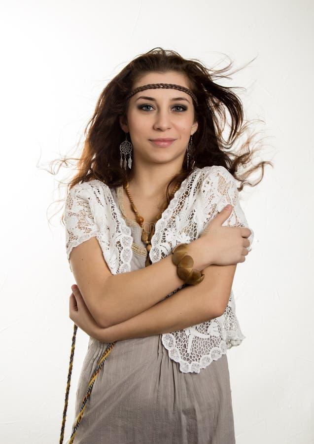 A mulher bonita nova do boho da hippie com o cabelo de vibração que tem o divertimento levanta em um fundo branco foto de stock royalty free