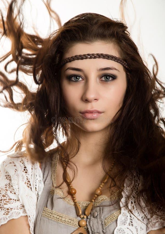 A mulher bonita nova do boho da hippie com o cabelo de vibração que tem o divertimento levanta em um fundo branco imagem de stock royalty free