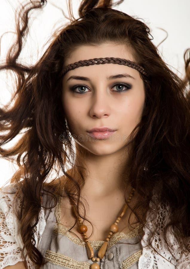 A mulher bonita nova do boho da hippie com o cabelo de vibração que tem o divertimento levanta em um fundo branco foto de stock