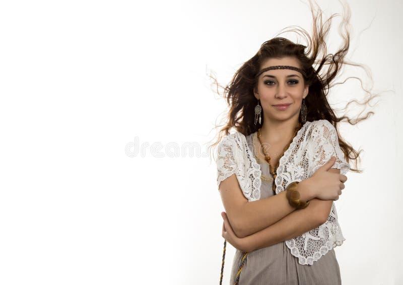 A mulher bonita nova do boho da hippie com o cabelo de vibração que tem o divertimento levanta em um fundo branco Espa?o livre pa fotografia de stock royalty free