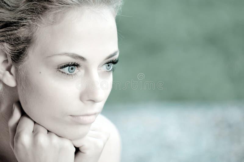 Mulher bonita nova do retrato fotografia de stock royalty free