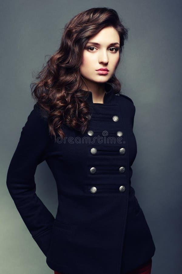 Mulher bonita nova do retrato com cabelo encaracolado fotos de stock royalty free