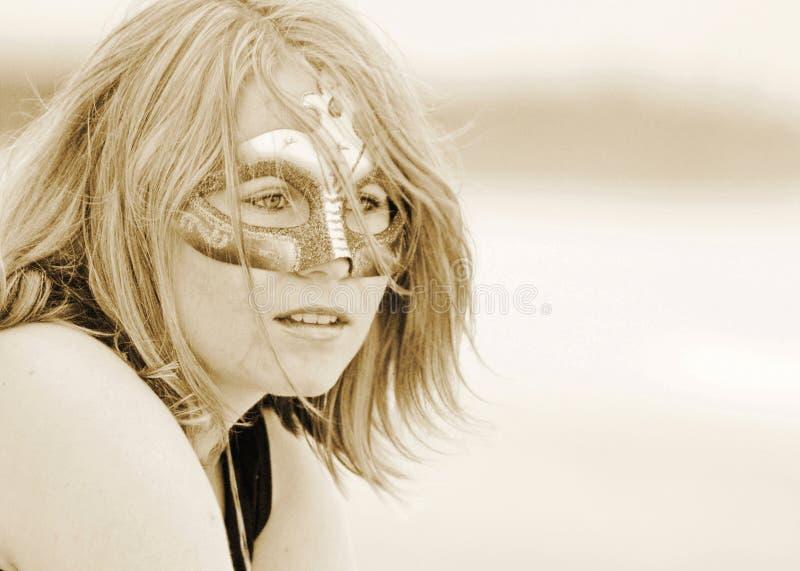 Mulher bonita nova do retrato sonhador bonito no sepia da máscara imagens de stock royalty free