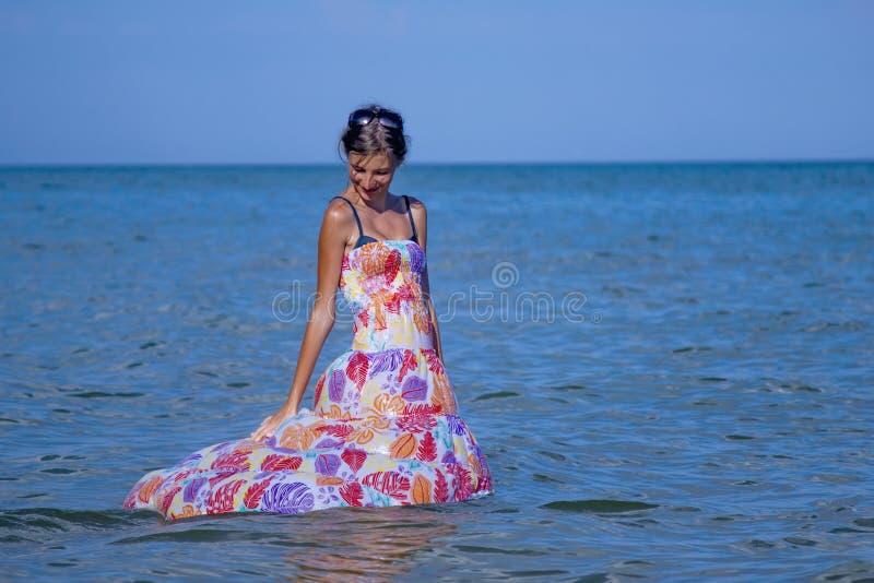 A mulher bonita nova do viajante apreciam o oceano e tropical felizes foto de stock royalty free