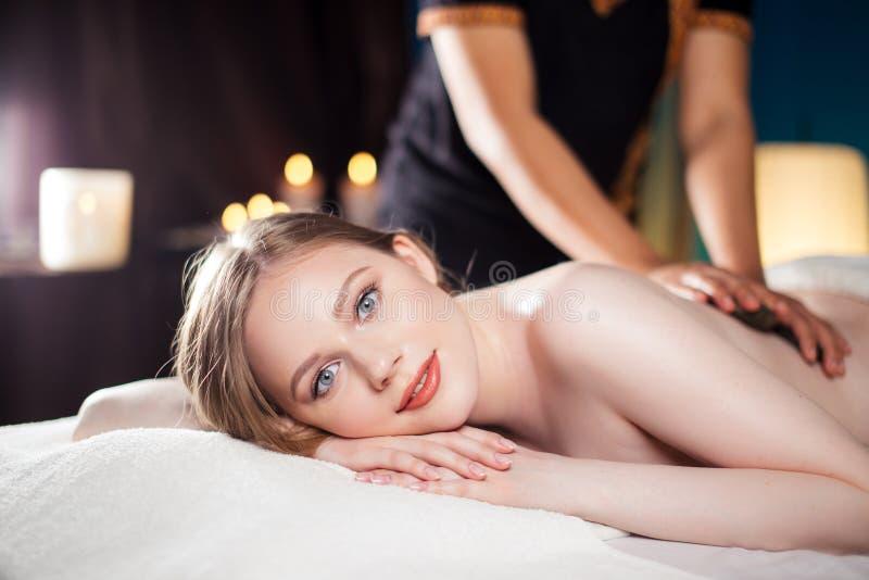 A mulher bonita, nova e saudável está tendo a massagem de pedra quente Termas - 7 foto de stock royalty free