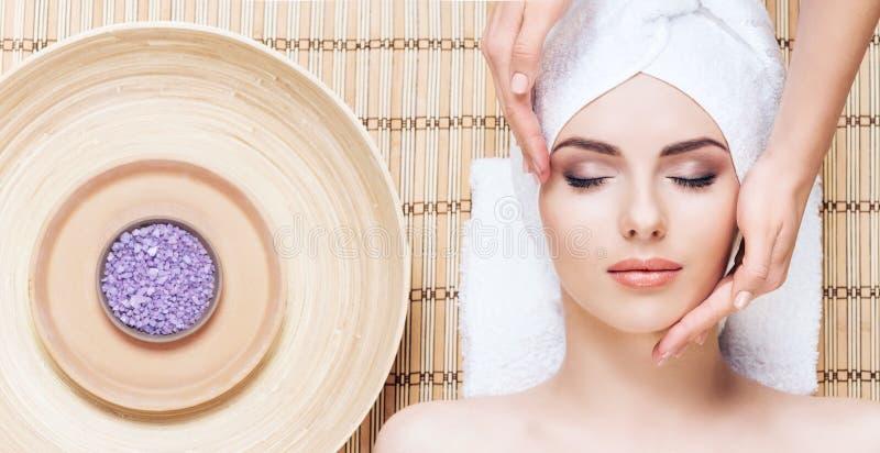Mulher bonita, nova e saudável no salão de beleza dos termas na esteira de bambu S imagem de stock royalty free